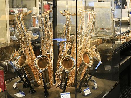 植村楽器 店内サックスディスプレイ
